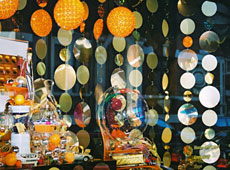 Retail Christmas window display - hanging discs • deco-line • Gold and Silver Mirrors